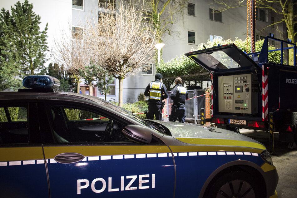 Polizisten sichern nach der Tat im März Spuren in und im Mehrfamilienhaus in Hamburg-Wilhelmsburg.