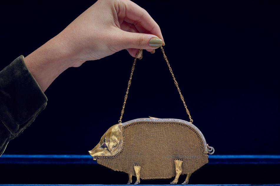 Die Schweinstasche wurde neben weiterer Schmuckstücke der Gräfin Mountbatten, in London für umgerechnet mehr als 126.000 Euro versteigert.