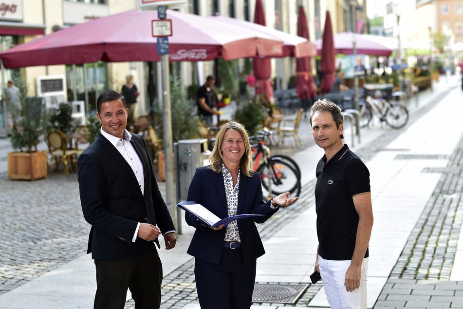 Fast volle Bücher: René Brettschneider (41, l., WiC), Simone Kalew (GGG) und Sven Hertwig (49, Exclusiv Events) locken Mieter in Gastro-Meile und Webergasse.
