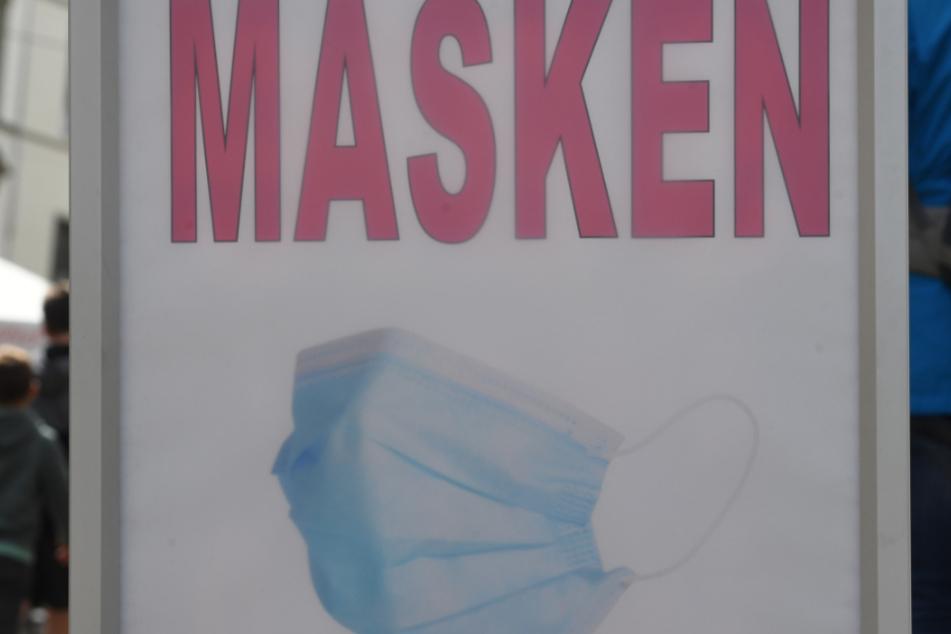 """Stralsund: """"Masken"""" steht auf einem Schild in einem Geschäft in der Innenstadt."""