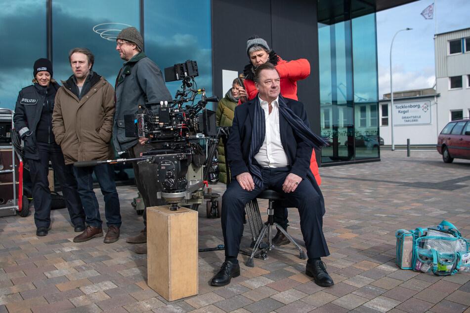Einblick von den Dreharbeiten: Peter Kurth (63, rechts) wird frisiert.