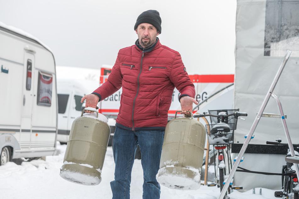 Schwiegersohn Alfred (37) holt neue Gasflaschen für die Heizung der Wohnwagen.
