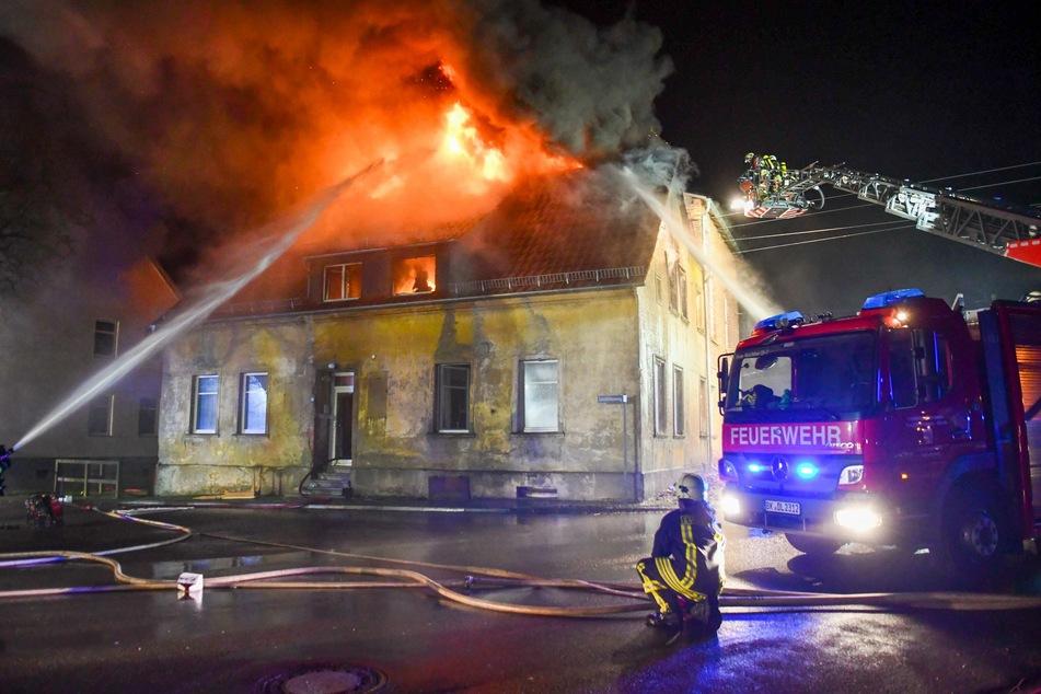 Die 85-jährige Bewohnerin musste mit Rauchgasvergiftung und Brandverletzungen ins Krankenhaus gebracht werden.