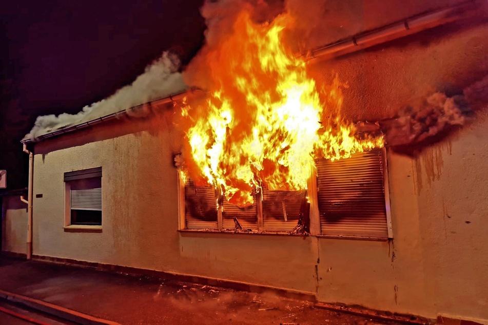 Flammen schlugen aus dem Haus im Remser Weg in Meerane.