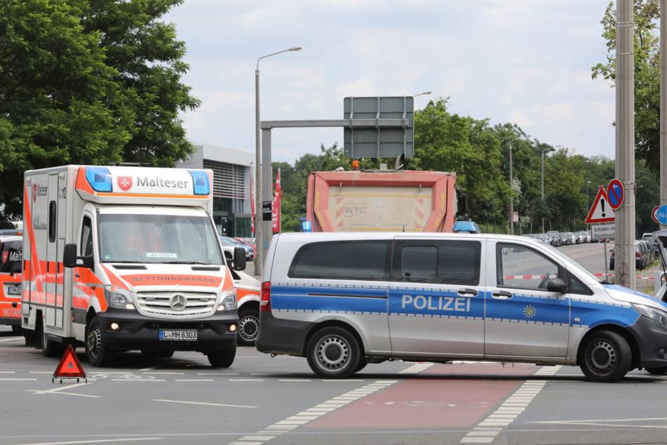 Die Einsatzkräfte sperrten die Kreuzung kurzzeitig ab.
