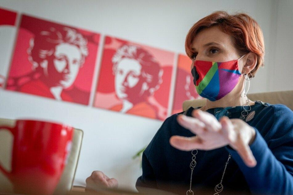 Katja Kipping (42) spricht in einem Interview mit Journalisten in ihrem Büro in der Parteizentrale der Linken.