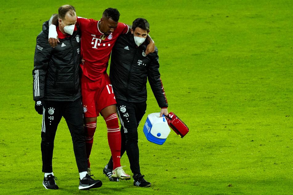 Jérôme Boateng (32) muss verletzt den Platz verlassen und wird dabei gestützt.