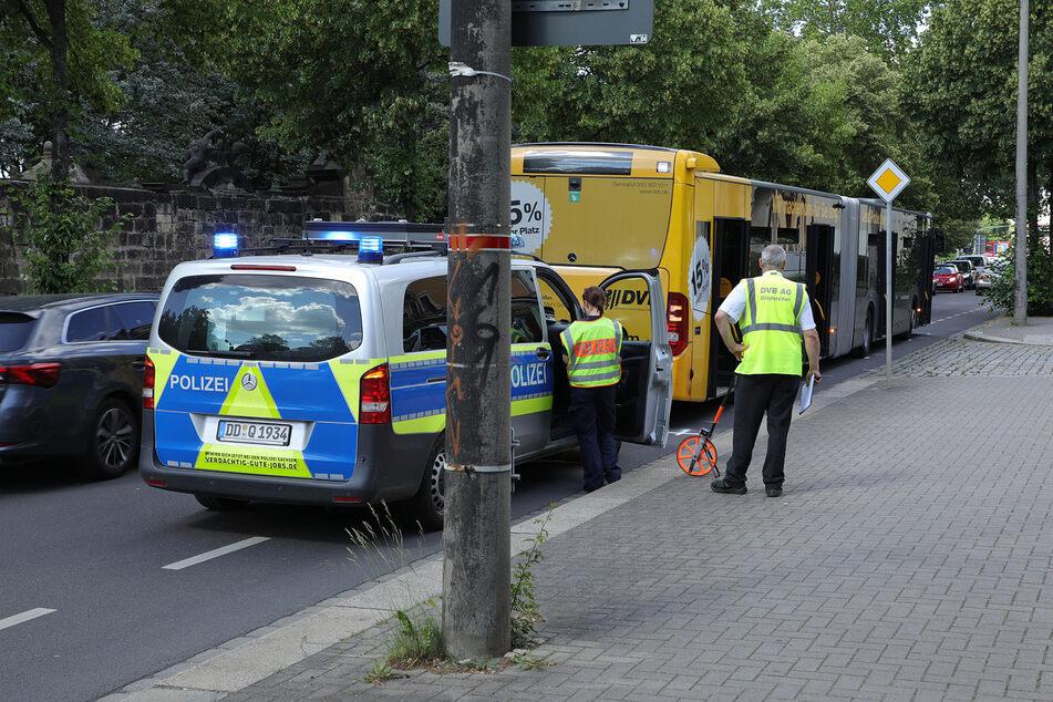 Die Polizei nahm den Unfall vor Ort auf. Der Verkehr wurde am Bus vorbeigeleitet.