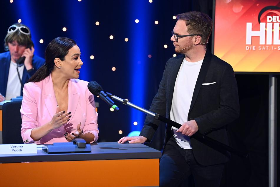 """Für """"Deutschland hilft - Die Sat.1-Spendengala"""" saß Verona Pooth (53) zwischen 49 anderen Prominenten und sammelte Geld für die Opfer der Flutkatastrophe."""