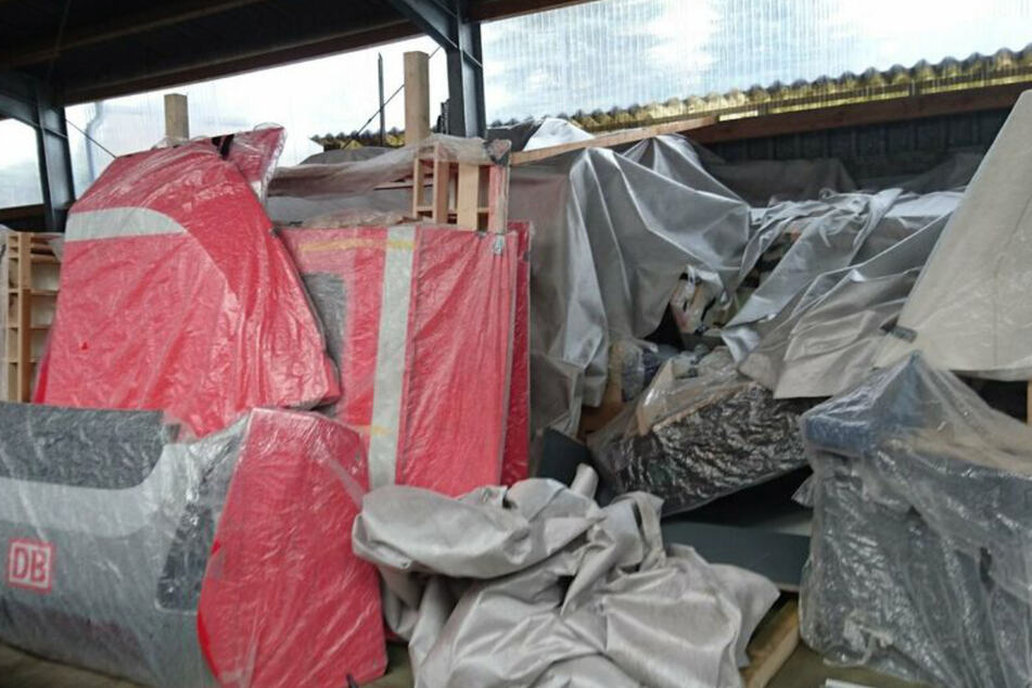 Das Mock-up lagert in Einzelteile zerlegt in einer Halle.