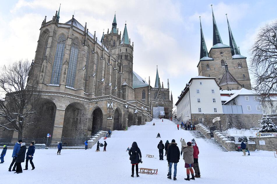 Seltenes Vergnügen: Familien nutzen die Stufen des Erfurter Doms zum Rodeln.