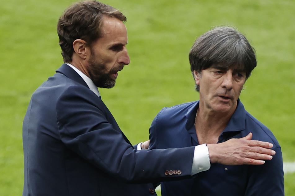 Nach 15 Jahren ist die Zeit von Joachim Löw (61, r.) als Trainer der deutschen Fußball Nationalmannschaft zu Ende. Das Shakehands mit England-Trainer Gareth Southgate (50) war ein Abschied.
