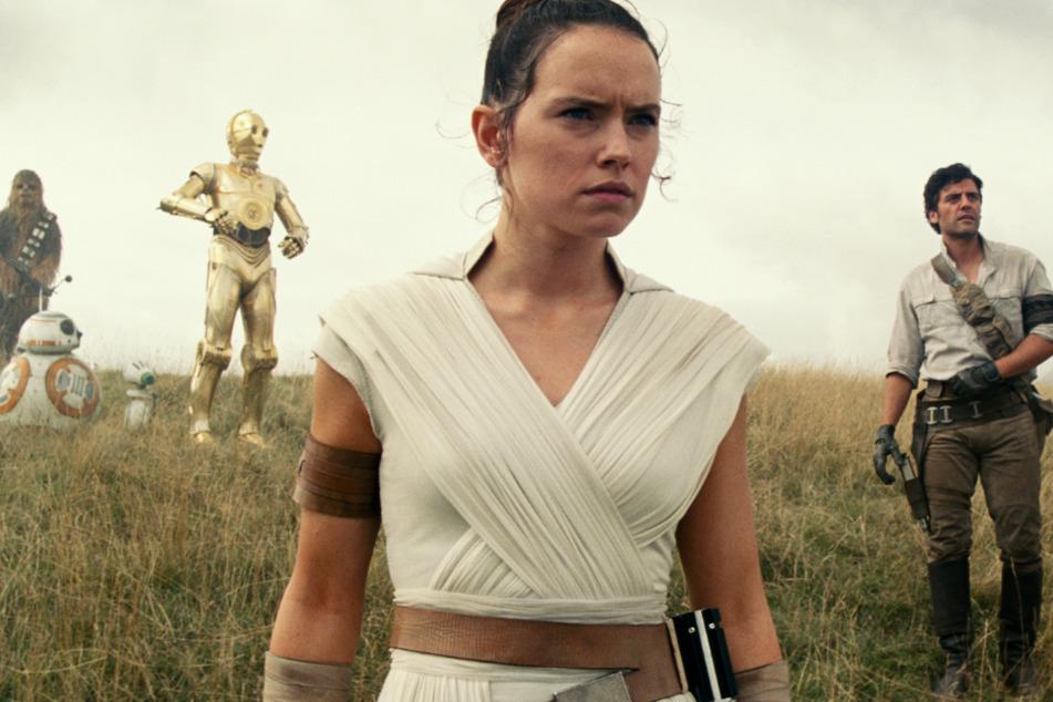 Rey (vorne, Daisy Ridley) entscheidet den Ausgang der Saga mit.