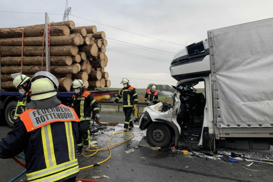 Kleinlaster kracht in mit Baumstämmen beladenen Anhänger: Fahrer eingeklemmt!