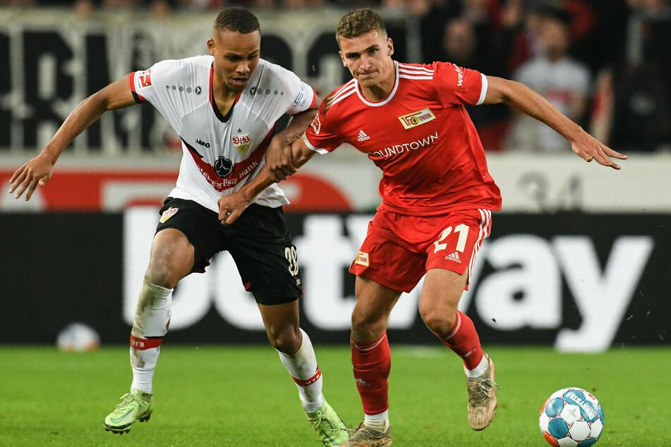 Stuttgarts Nikolas Nartey (l.) und Union Berlins Grischa Prömel kämpfen um den Ball.
