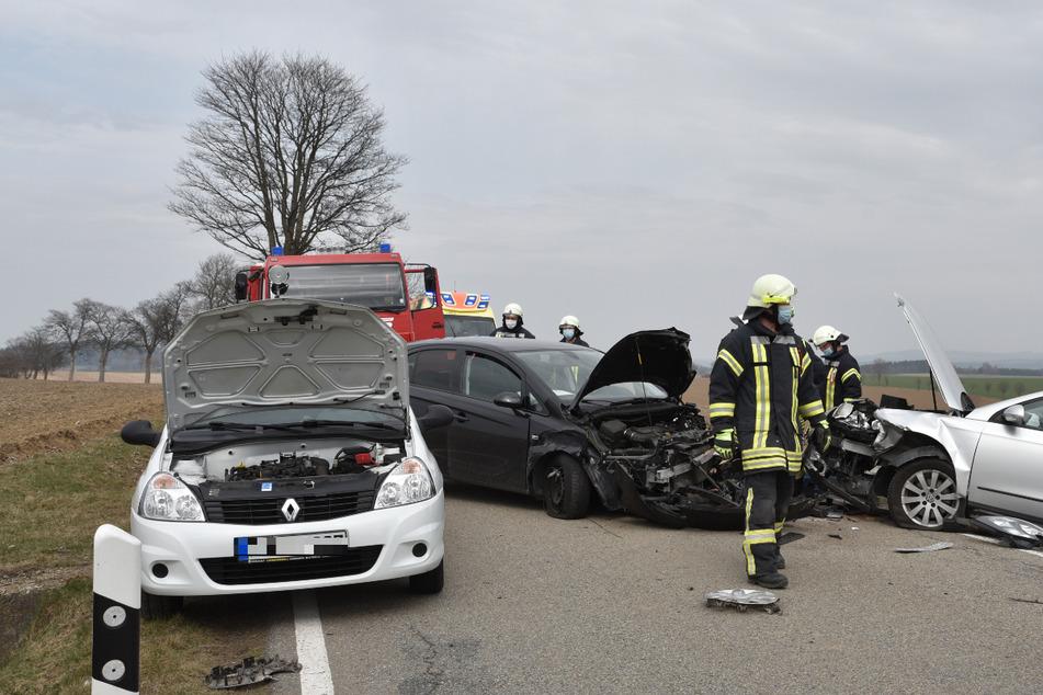 Schwerer Verkehrsunfall auf der S225: Gleich drei Autos krachen heftig zusammen