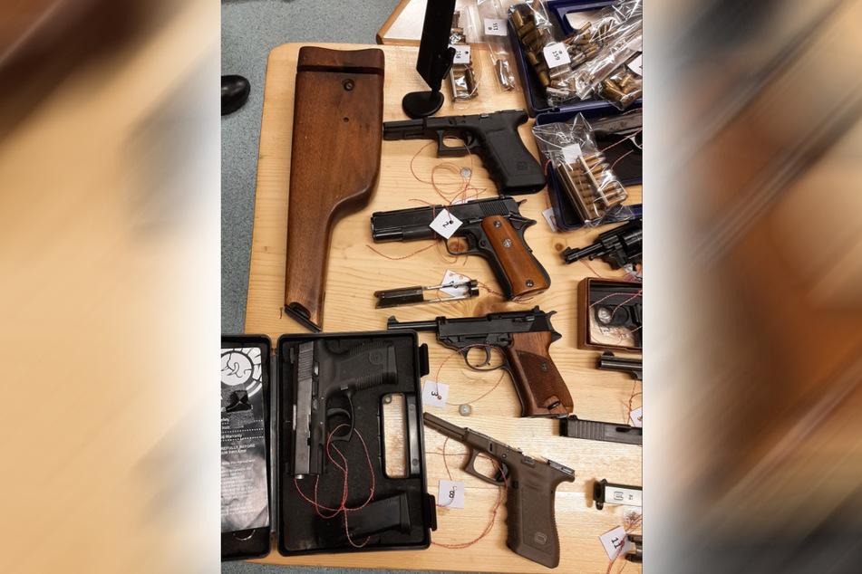 Zum Fund gehören auch mehrere Pistolen.