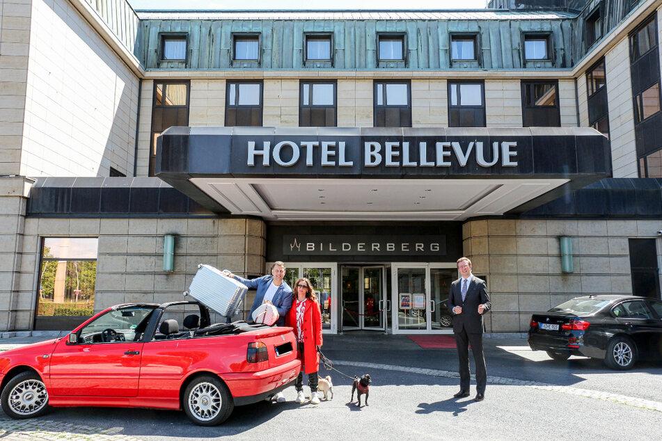 """Katja (40) und René Kindermann (44) werden von Hoteldirektor Sebastian Klink im """"Bilderberg Bellevue""""-Hotel begrüßt."""
