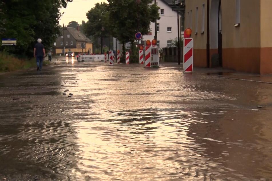 Nach Gewittern und Starkregen standen am Samstagabend in Westsachsen mehrere Straßen unter Wasser.