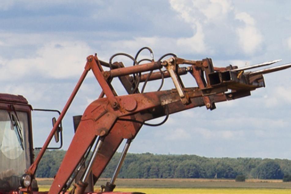 Traktor-Lader bohrt sich durch Windschutzscheibe: Frau überlebt Unfall wie durch ein Wunder