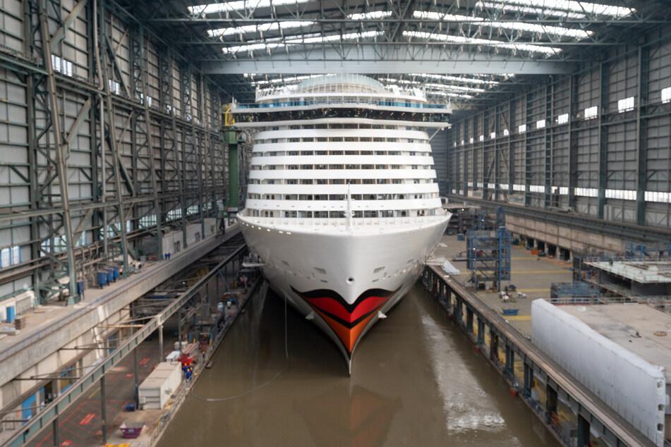 """Die """"Aida Cosma"""" verlässt das Baudock II der Meyer Werft in Papenburg."""
