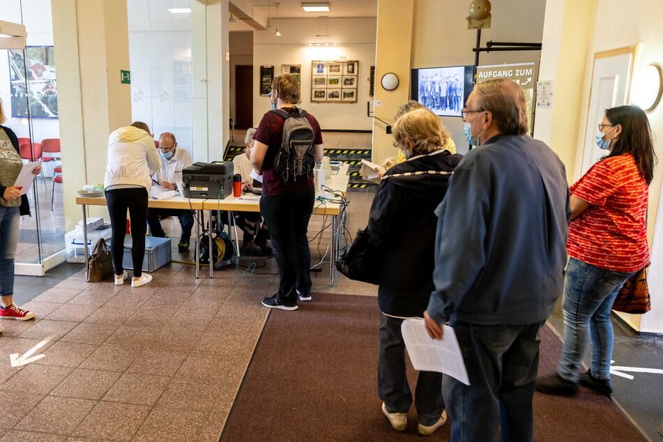 Die Bratwurst lockt an. Das mobile Impfzentrum ist am Donnerstag gut besucht.