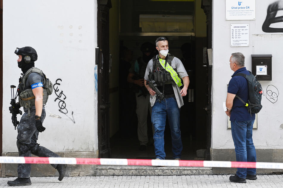 Polizisten sind im Gebäude des Arbeitsamtes in der Belhradska Straße im Prager Stadtteil Vinohrady im Einsatz.