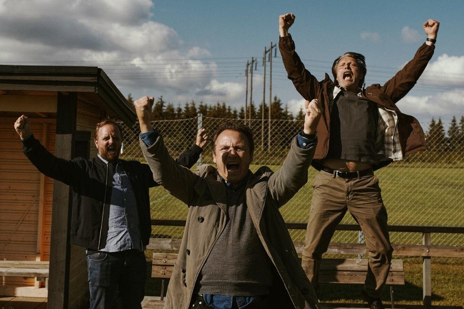 Mit seinen Freunden Nikolaj (Magnus Millang, 39, v.l.n.r.) und Peter (Lars Ranthe, 51.) startet Martin (Mads Mikkelsen, 55) das Alkohol-Experiment.