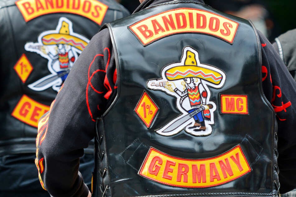 """Mitglieder des Motorradclubs """"Bandidos"""" tragen ihre bekannten Kutten. (Symbolfoto)"""