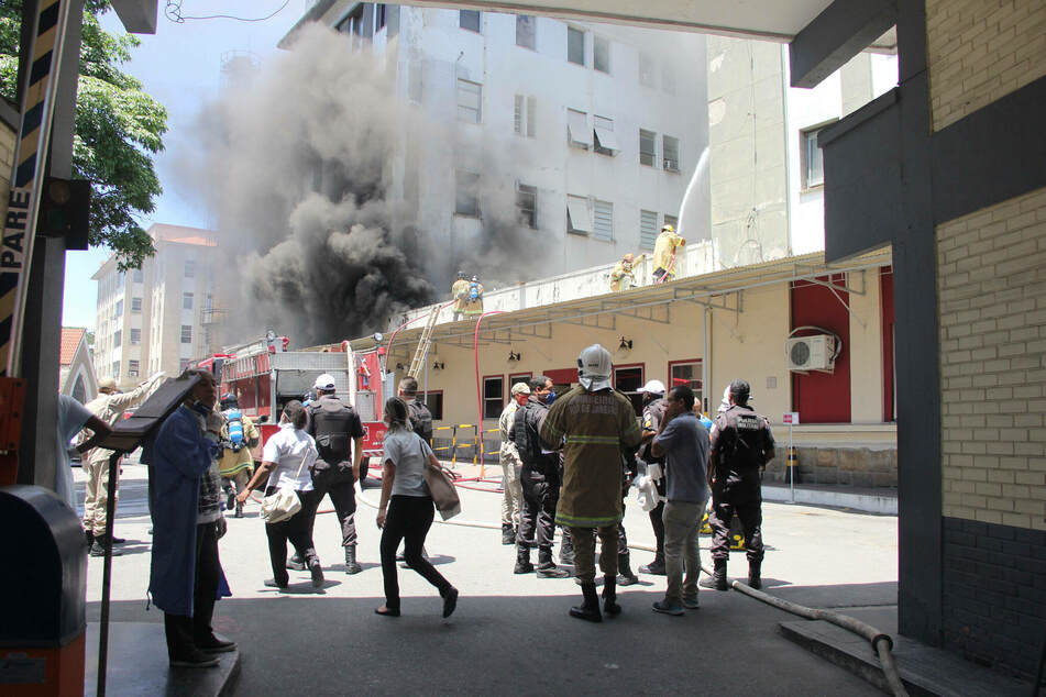 Fire department units are on duty at a fire in the Bonsucesso hospital.