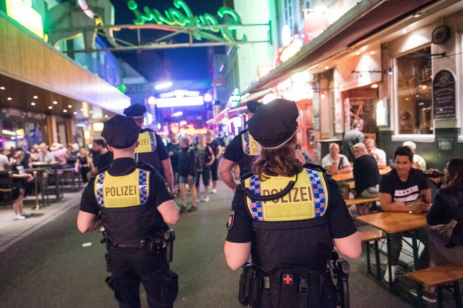 Polizisten der Davidwache gehen auf der Reeperbahn durch die Große Freiheit.