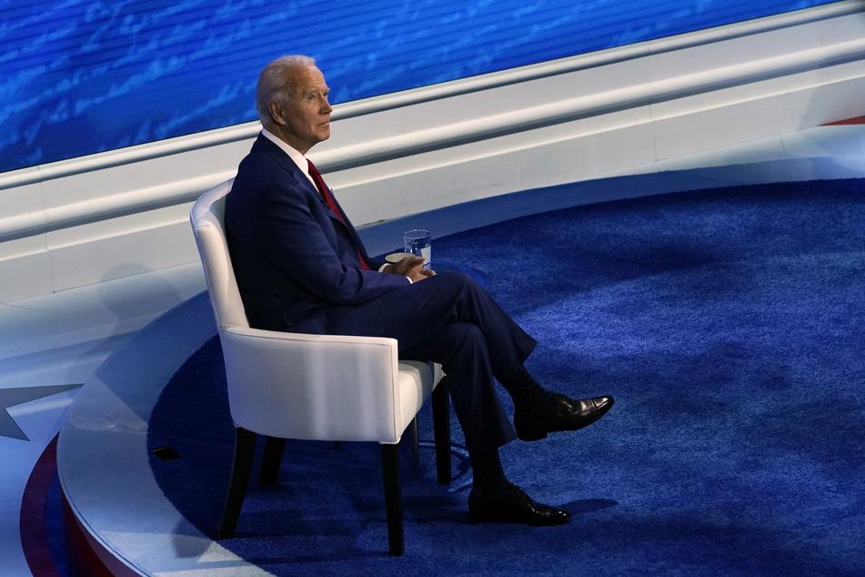 Joe Biden, Präsidentschaftskandidat der Demokraten, sitzt während einer Fragestunde mit Wählern im National Constitution Center.