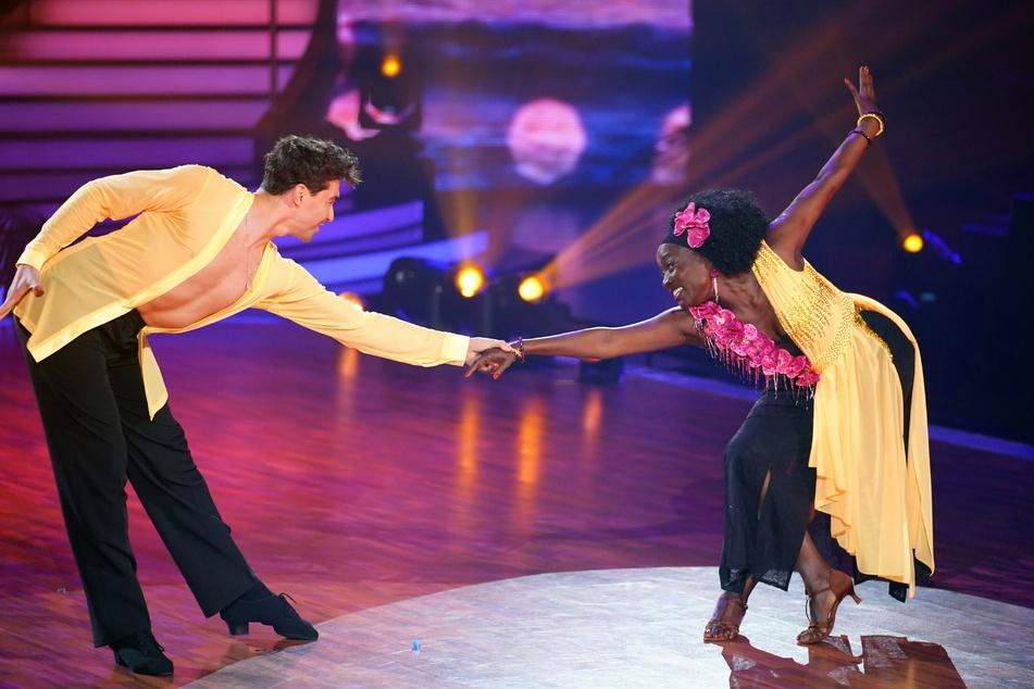 Auma Obama (60) und Andrzej Cibis (33) bekamen für ihre Rumba in der fünften Show 16 Punkte.