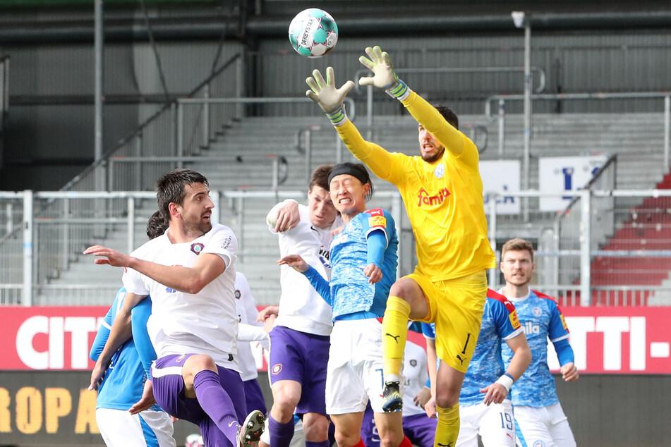 Holstein Kiel-Torwart Ioannis Gelios fängt den Ball in seinem Strafraum.