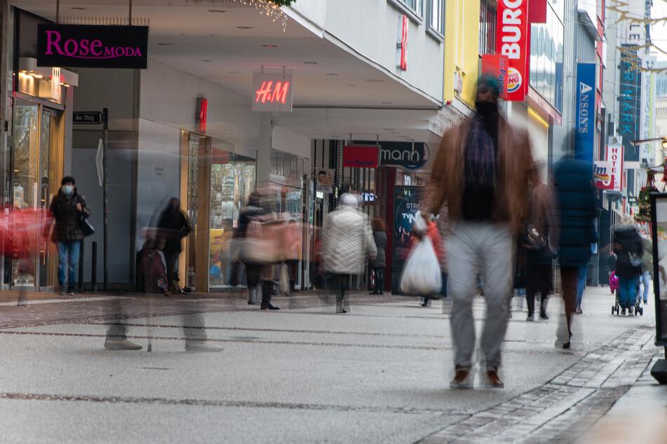 Saarland, Saarbrücken: Menschen gehen mit Mund-Nasen-Bedeckung durch eine Einkaufstraße in der Innenstadt von Saarbrücken.