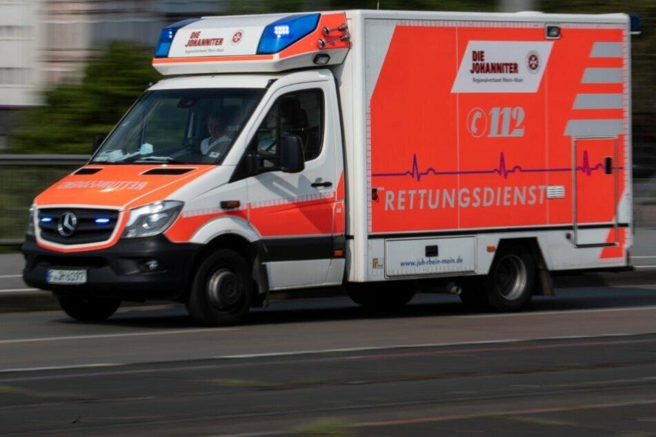 Ein Krankenwagen fährt zu einem Einsatz. (Symbolbild).