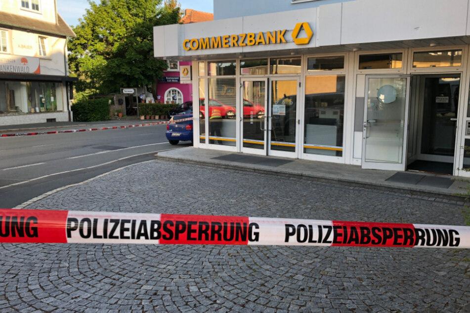 Geldautomat gesprengt: Polizei fahndet mit Großaufgebot nach flüchtigen Tätern