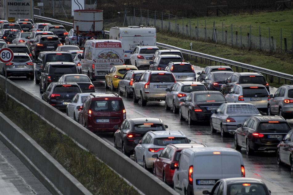 Fahrzeuge stehen auf der A7 im Stau. Für 79 Stunden wird ein Streckenabschnitt in Hamburg voll gesperrt. (Archivbild)