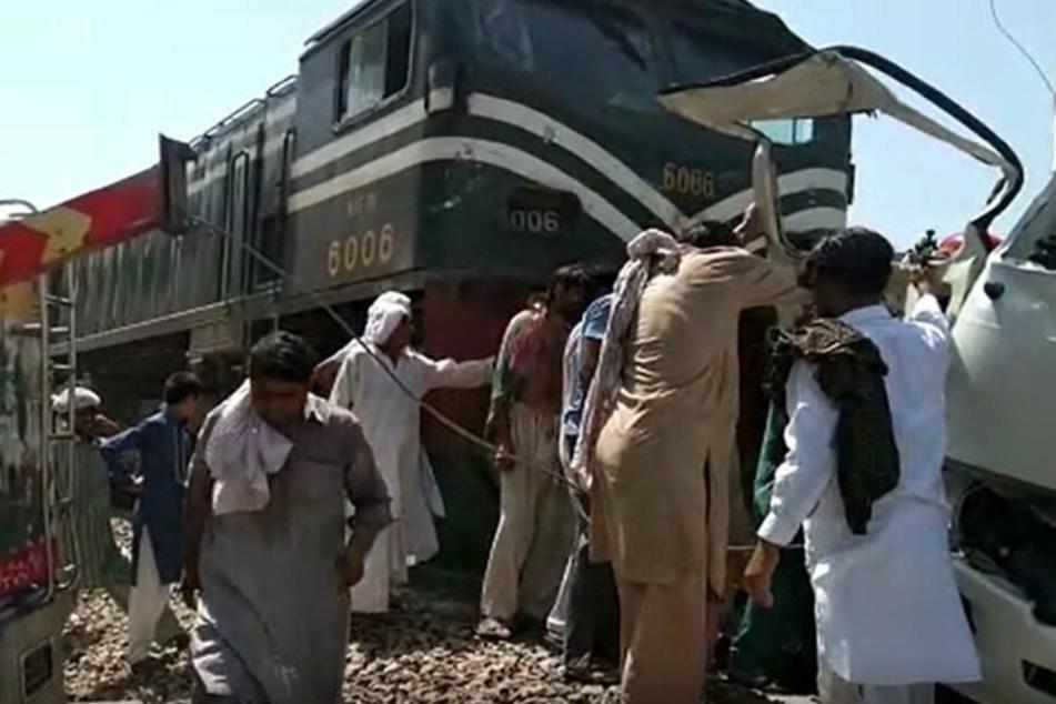 Zug rammt Bus: Mindestens 19 Tote, unter ihnen Kinder