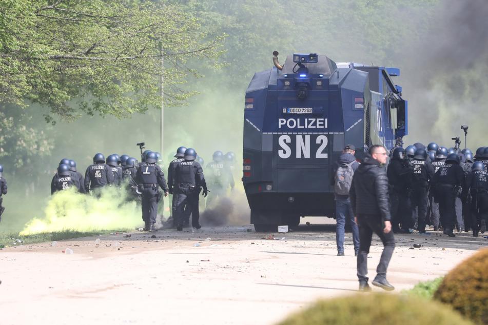Den Wasserwerfer musste die Polizei mehrfach einsetzen.