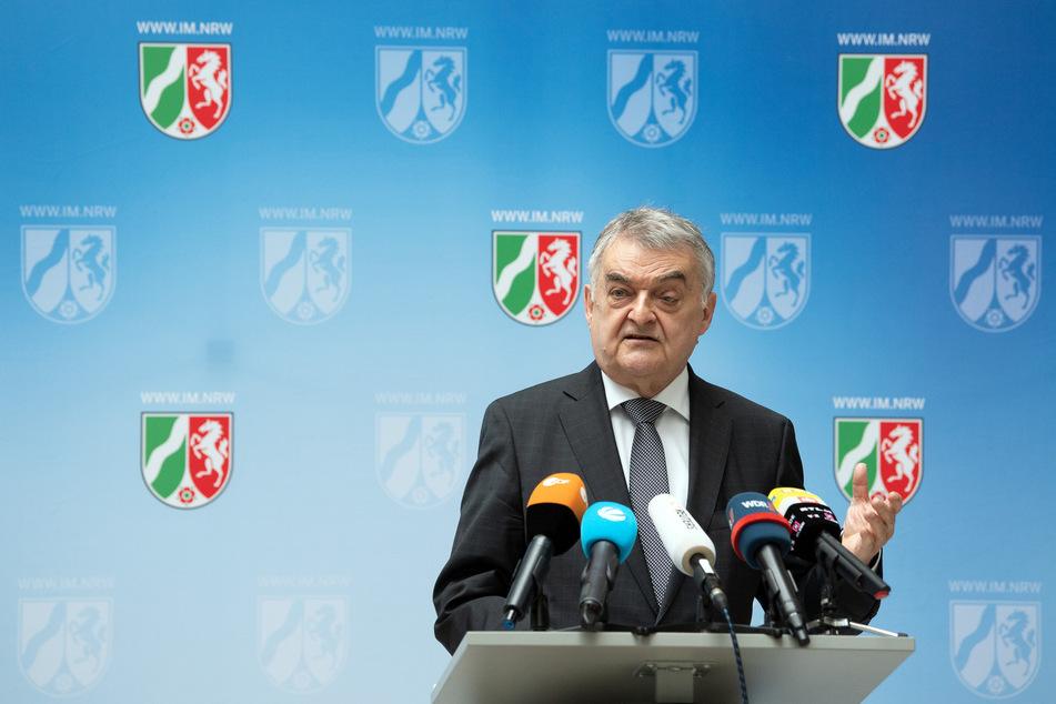 NRW-Innenminister Herbert Reul (CDU) fordert die Prüfung von geheimdienstlichen Überwachungsmethoden bei der AfD.
