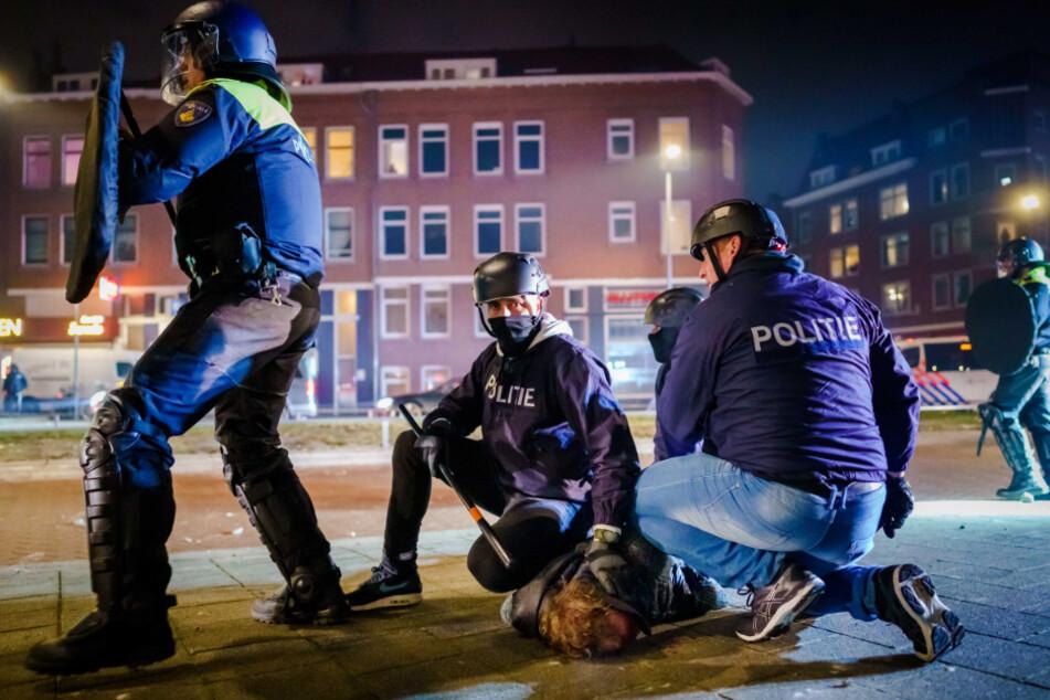 Corona-Krawalle gehen weiter: Randalierer demolieren Geschäfte und greifen Polizisten an
