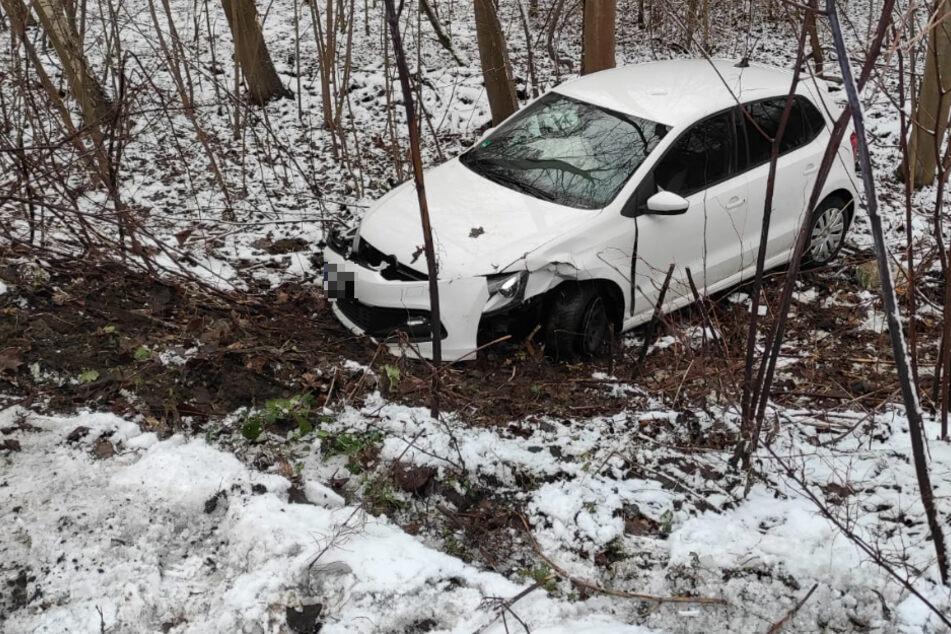 Polo rauscht in Waldstück: VW-Fahrer bei Unfall in Leipzig verletzt