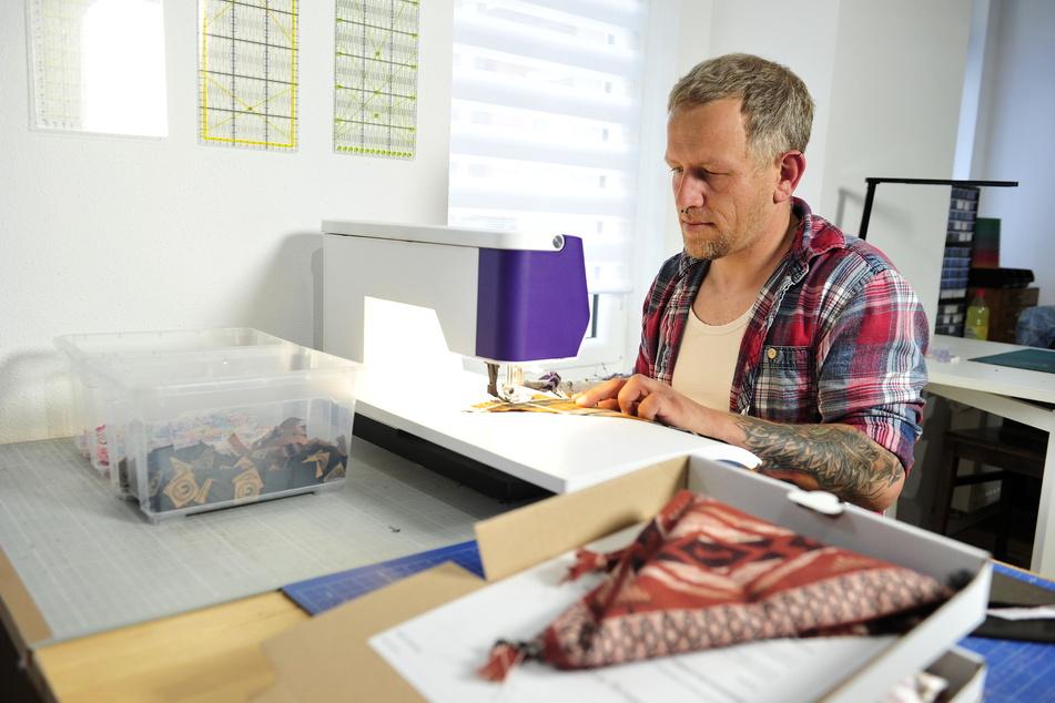 Ulff Berger (42) stellt auf dem Brühl stylische Accessoires für Hunde her.