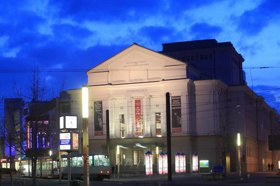Auch Magdeburg erhält die Möglichkeit, am Modellprojekt für Veranstaltungen mit 100 Zuschauern teilzunehmen. Im Bild: Das Magdeburger Opernhaus. (Archivbild)