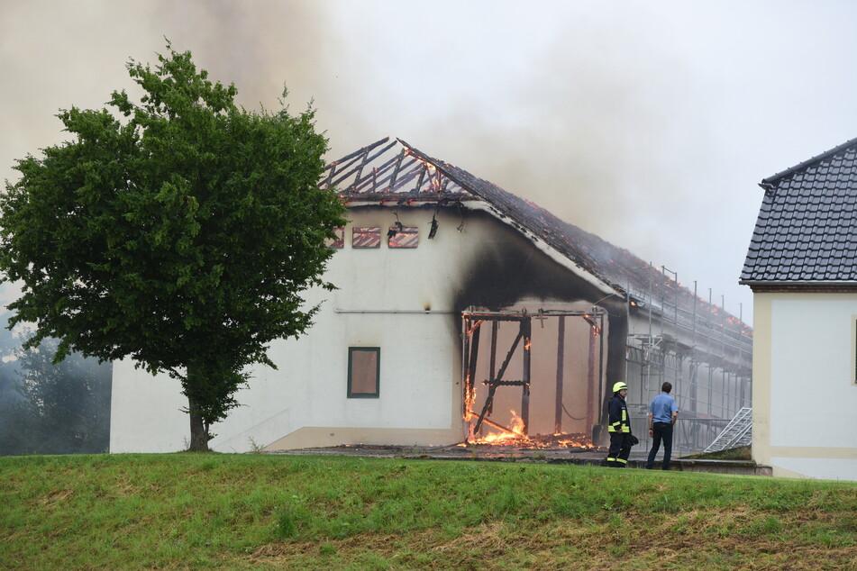 Nachdem die anderen Gebäude gesichert waren, ließ die Feuerwehr die Scheune kontrolliert abbrennen.