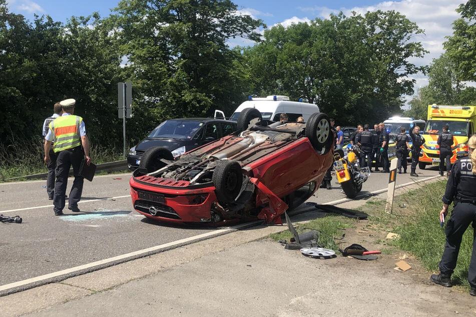 Polizisten gehen an der Unfallstelle ihrer Arbeit nach.
