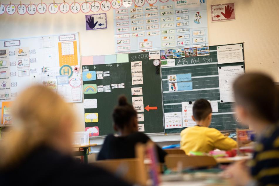 Schulleitung gibt internen Mailverteiler an Corona-Leugner weiter