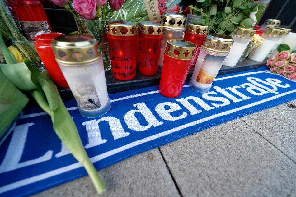 Blumen und Kerzen stehen vor dem Haus in Köln-Mülheim, in dem der verstorbene Schauspieler und Reality-TV-Star bis zuletzt wohnte.