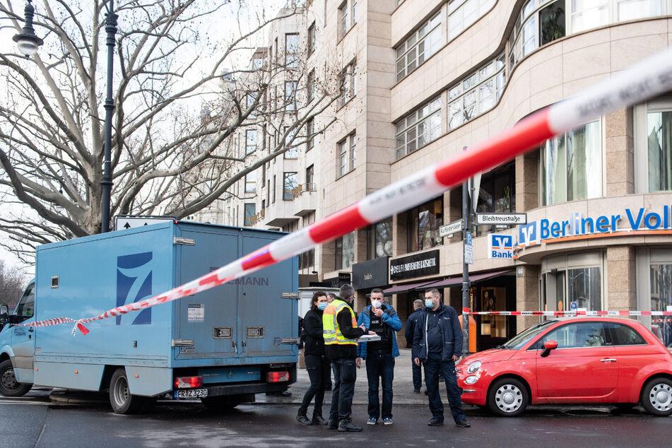 Polizisten sichern nach dem Überfall auf den Geldtransporten Spuren.